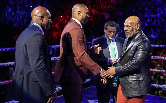 Mike Tyson (r.) kann sich für Showkämpfe eine Rückkehr in den Boxring vorstellen