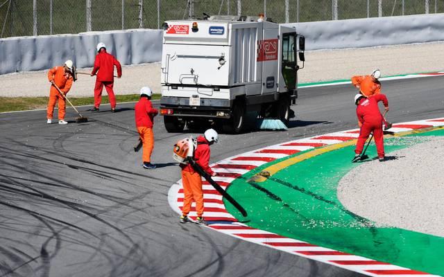 Die Streckenposten in Barcelona mussten nach Vettels Dreher die Fahrbahn reinigen