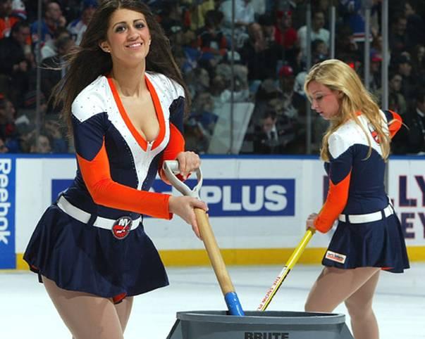 Saubermachen macht Spaß - die Ice Girls der New York Islanders demonstrieren das ihrem Publikum