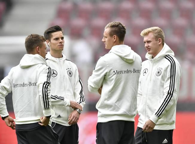 Deutschland trifft im EM-Vorbereitungsspiel auf die Slowakei. Es ist der letzte Test, ehe Bundestrainer Joachim Löw seinen Kader auf 23 Spieler reduzieren muss. Zu den Wackelkandidaten zählen unter anderem die Youngster Joshua Kimmich, Julian Weigl, Bernd Leno und Julian Brandt (v.l.n.r.)