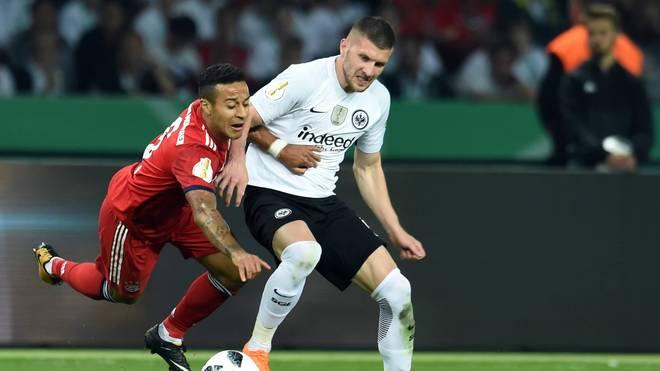 Thiago (l.) hatte im Pokalfinale 2018 gegen Ante Rebics Frankfurter das Nachsehen