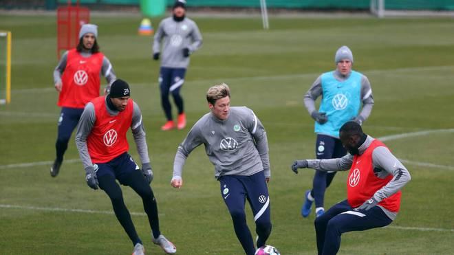 Zwei Spieler des VfL Wolfsburg haben gegen die Corona-Regeln verstoßen