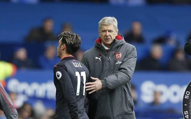 Arsène Wenger (r.) war 2017 noch Trainer von Mesut Özil beim FC Arsenal