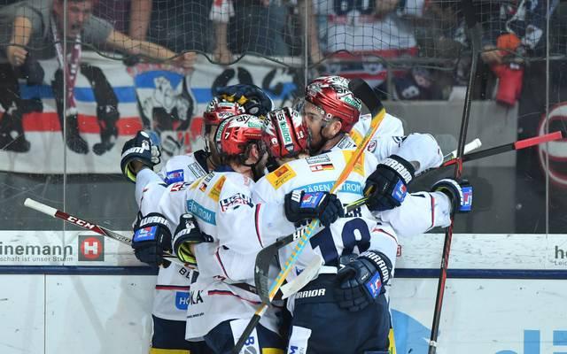 Die Eisbären Berlin haben sich durch den Sieg gegen Schwenningen das Heimrecht in den Playoffs gesichert