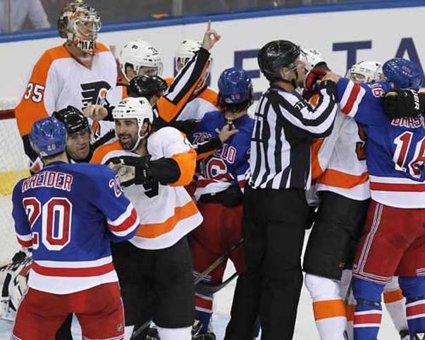 Die NHL und ihre Prügeleien - auch wenn es sich hart anhört, irgendwie gehört das doch zusammen. Kaum ein Spiel vergeht, ohne dass sich nicht mindestens ein Pärchen in die Wolle kriegt. Selbst bei Preseason-Games wie zwischen den Philadelphia Flyers und den New York Rangers fliegen die Fäuste