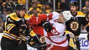 Auch Brad Marchand von den Boston Bruins (l.) und Mitch Callahan von den Detroit Red Wings gehen nicht zimperlich miteinander um. SPORT1 zeigt die Prügel-Festivals aus der besten Eishockey-Liga der Welt