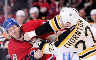 Shawn Thornton ist auch einer, der sich bei Schlägereien immer hervortut, wie hier noch im Trikot der Bruins gegen Montreals Brandon Prust. Mittlerweile spielt - oder kämpft - Thornton für die Florida Panthers