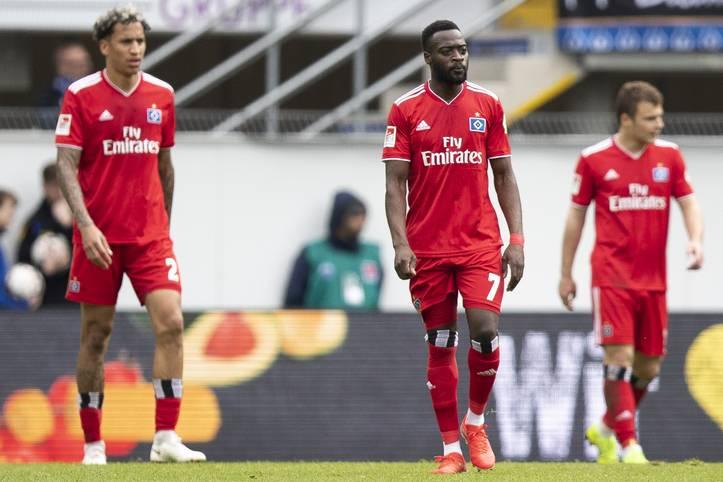 Frust pur beim Hamburger SV! Nach der Niederlage beim SC Paderborn steht fest, dass die Rothosen ein weiteres Jahr in der zweiten Liga verbringen müssen. Neben der sportlich tristen Lage spitzt sich auch die finanzielle Situation beim Traditionsklub durch den Verbleib im Unterhaus weiter zu