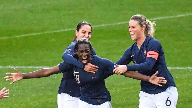 Viviane Asseyi (M.) ist französische Nationalspielerin