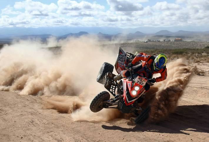 Der Abflug naht: Kurz nach diesem Schnappschuss wird Rallye-Dakar-Pilot Marcelo Medeiros von den Gesetzen der Schwerkraft eingeholt. Glücklicherweise kommt der Brasilianer mit einem Schlüsselbeinbruch noch relativ glimpflich davon. SPORT1 zeigt die kuriosesten, schmerzhaftesten und bewegendsten Sportbilder des Jahres 2016