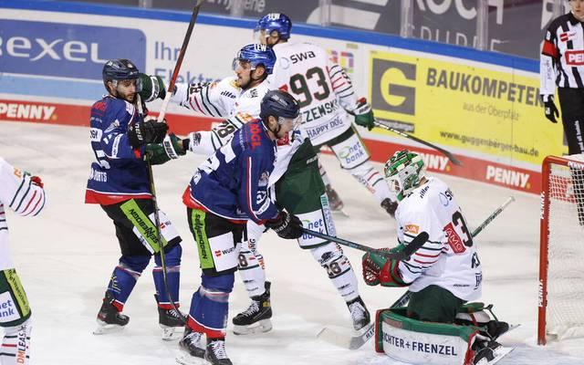 Die Augsburger Panther (weiß) setzten sich gegen Straubing durch
