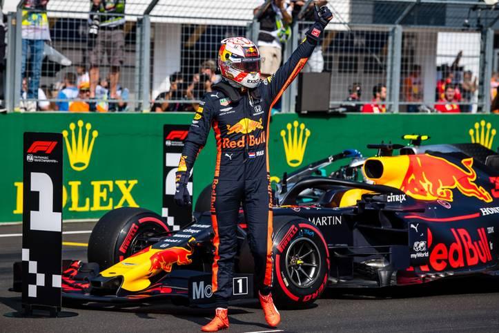 Endlich hat er es geschafft: Max Verstappen hat beim Großen Preis von Ungarn im Qualifying die erste Pole Position seiner Karriere eingefahren. Der Niederländer ist damit der 100. Fahrer, dem dieses Kunststück in der Formel 1 gelungen ist