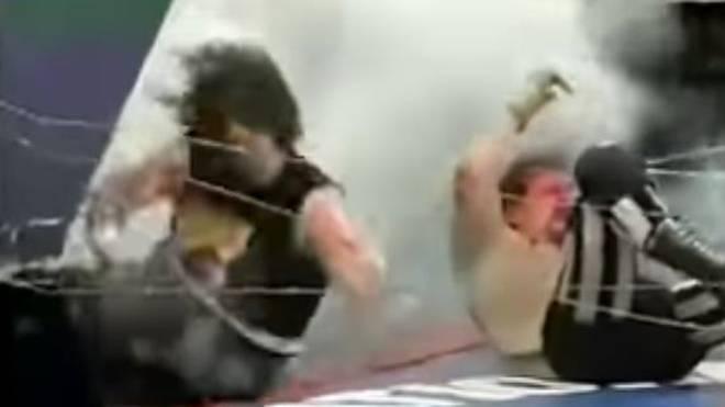 """Mick Foley (l.) und Terry Funks spielten in ihrem """"Exploding Barbed Wire Death Match"""" mit ihrem Leben"""