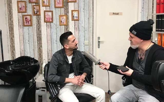 SPORT1-Reporter Reinhard Franke (r.) traf sich mit Erdal Yilmaz in dessen Salon und sprach mit ihm über die Bayern-Stars
