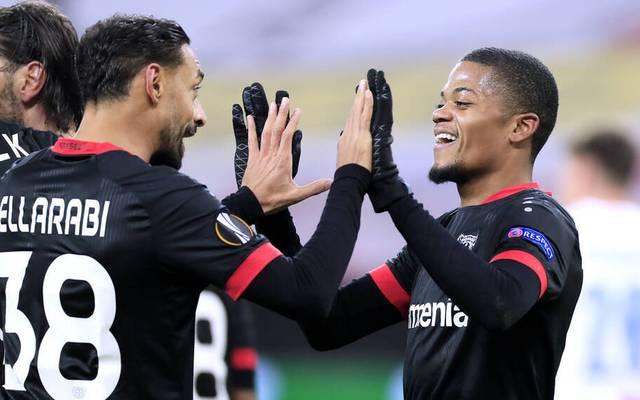 Leon Bailey (re.) war am Donnerstag in der Europa League gleich doppelt für Leverkusen erfolgreich