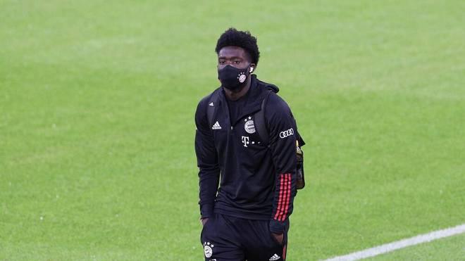 Alphonso Davies sitzt beim Liga-Auftakt des FC Bayern gegen Schalke 04 zunächst auf der Bank