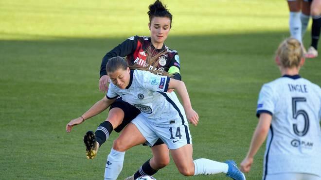 Lina Magull im Zweikampf mit Chelseas Francesca Kirby