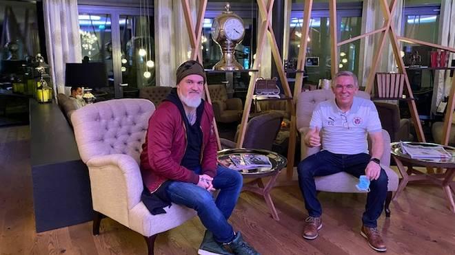 SPORT1-Reporter Reinhard Franke (l.) machte mit Olaf Janßen erst das Skype-Interview, dann traf man sich vor dem Spiel von Viktoria Köln beim FC Ingolstadt persönlich.