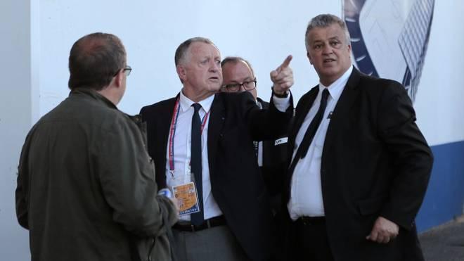 Jean-Michel Aulas (2.v.l.) bestätigt die Klagen gegen den Fußball-Stop