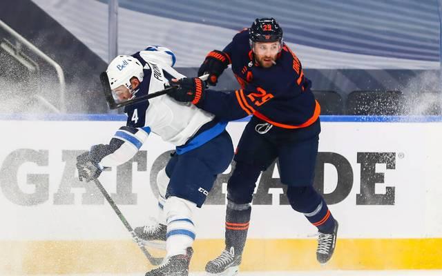 Leon Draisaitl (r.) gewann mit den Edmonton Oilers gegen die Winnipeg Jets