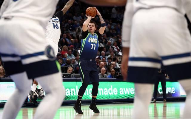 Luka Doncic (m.) muss noch einige Zeit warten, bis er wieder ein NBA-Spiel bestreiten darf