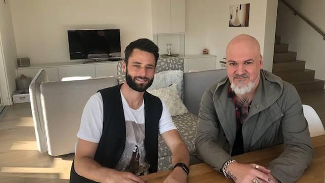 Exklusiv-Interview: SPORT1-Reporter Reinhard Franke (r.) besuchte Christian Träsch zu Hause