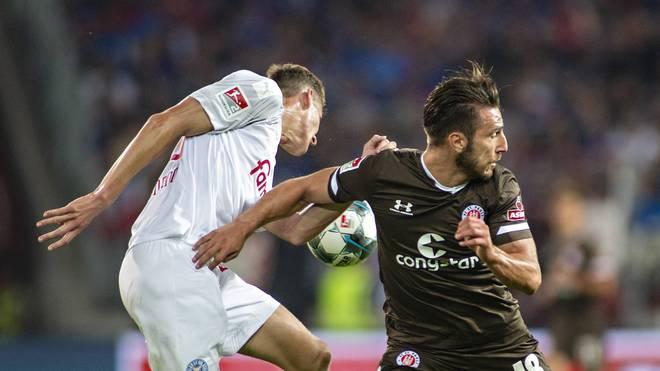 Holstein Kiel (weiß) und der Fc St. Pauli treffen im Montagsspiel der 2. Bundesliga aufeinander
