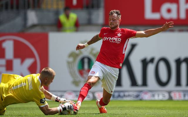 KAISERSLAUTERN, GERMANY - JULY 20: ( Editors note: Photo is edited in 16:9 ) Timmy Thiele of 1.FC Kaiserslautern challenges Nico Mantl of SpVgg Unterhaching during the 3. Liga match between 1. FC Kaiserslautern and SpVgg Unterhaching at Fritz-Walter-Stadion on July 20, 2019 in Kaiserslautern, Germany. (Photo by Christian Kaspar-Bartke/Getty Images for DFB)