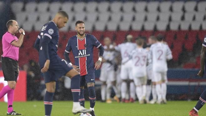 Kylian Mbappé und Neymar gucken bedröppelt aus der Wäsche, im Hintergrund jubelt United