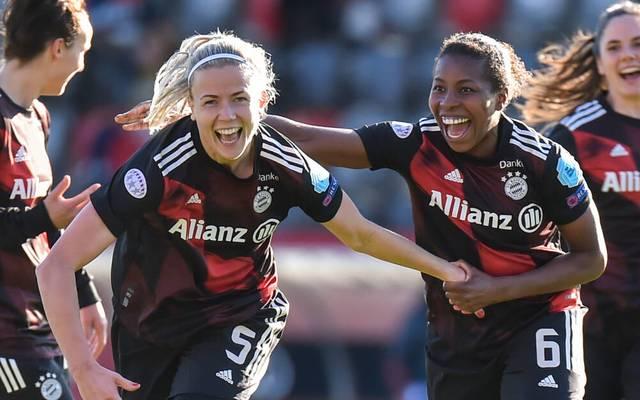 Hanna Glas (l.) jubelt nach ihrem Traumtor gegen den FC Chelsea