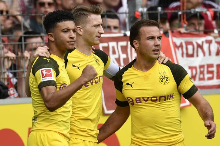 Kaum zu glauben: Beim 4:0 in Freiburg legte Marco Reus (M.) erstmals in dieser Saison ein Tor von Jadon Sancho (l.) auf. Andersherum kam das BVB-Duo dagegen bereits sechs Mal zum Torerfolg: Assist Sancho, Treffer Reus.