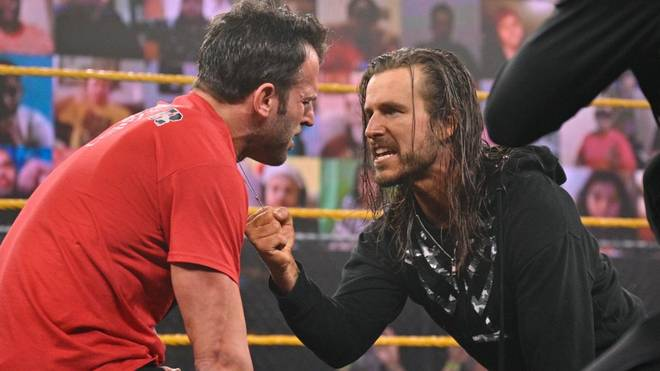 Adam Cole attackiert Undisputed Era-Mitglied Roderick Strong