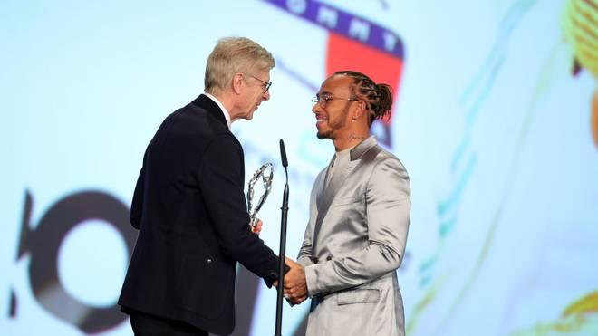 Arsène Wenger überreicht Lewis Hamilton seine Auszeichnung