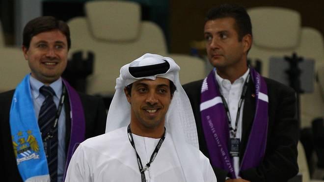 Die Investorengruppe um Scheich Mansour bin Zayed Al Nahyan (m.)  könnte in Frankreich den nächsten Klub übernhemen