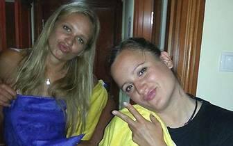 Vorab gibt es süße Grüße von einem Duo: Kathleen Weiß (r.) und Margareta Kozuch im Hotelzimmer (Copyright: facebook@kathleenweiss)