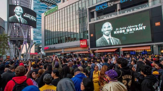 Vor dem Staples Center gedenken hunderte Menschen dem verstorbenen Kobe Bryant