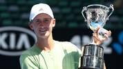 Sebastian Korda (USA) mit dem Pokal, nachdem er das Junior Boys' Singles Final der Australian Open 2018 gegen Chun Hsin Tseng gewonnen hat