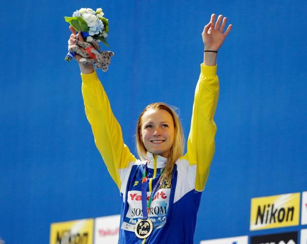 Schwedens Star Sarah Sjöström schwimmt in Kasan über 100 Meter Schmetterling mit Weltrekord zur Goldmedaille und weiß sich optisch perfekt in Szene zu setzen