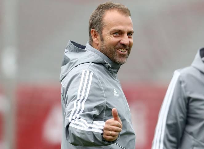 Daumen hoch! Hansi Flick ist der neue Cheftrainer des FC Bayern - zumindest vorübergehend. Zunächst sitzt er gegen Piräus und Borussia Dortmund definitiv auf der Bank