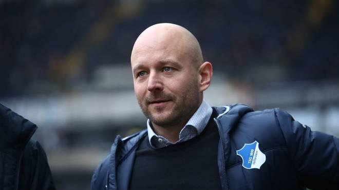Alexander Rosen stellt sich vor Hoffenheim-Trainer Alfred Schreuder
