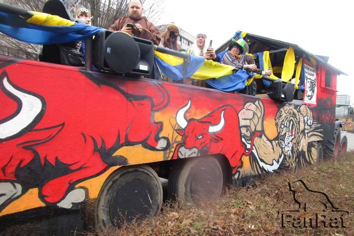 """Karnevalswagen sind gerne mal kritisch - so auch der des """"FanRat Braunschweig"""". Der Verein nimmt RB Leipzig im wahrsten Sinne des Wortes auf die Hörner, weil der Klub des Brause-Herstellers den Eintracht-Anhängern ein Dorn im Auge ist"""