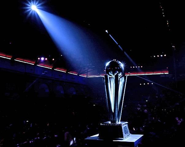 Darts-WM. Neben Party, Stimmung und einer Menge Spektakel geht es vor allem auch um das hier: Das Objekt der Begierde! Der WM-Pokal