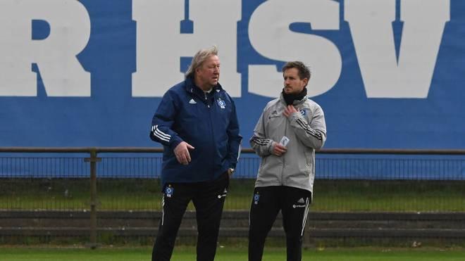 Horst Hrubesch (l.) im Gespräch mit Co-Trainer Hannes Drews