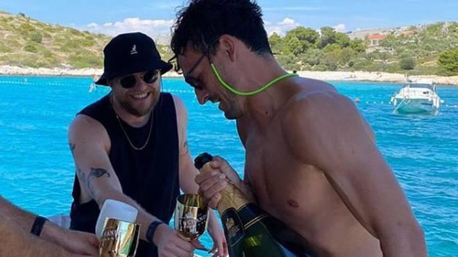 Mats Hummels präsentiert auf seinem Instagram-Account seinen größten Fehlkauf - eine überdimensionale Flasche Champagner