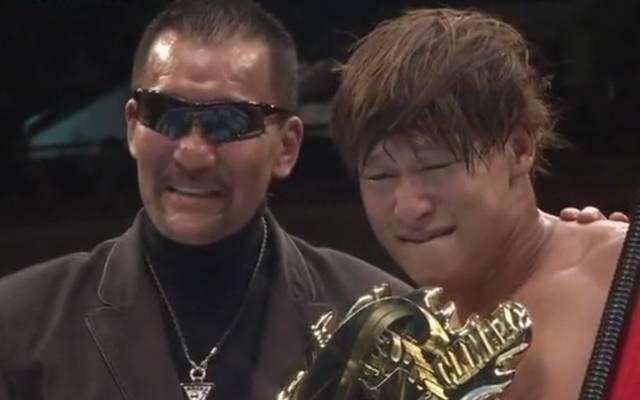 Masahiro Chono (l.) überreichte Kota Ibushi die G1-Trophäe