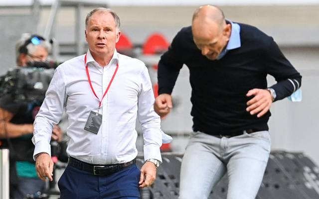 DUESSELDORF, GERMANY - JUNE 20: Stefan Reuter, Director of Sport of FC Augsburg (L) and Heiko Herrlich, Head Coach of FC Augsburg (R) react during the Bundesliga match between Fortuna Duesseldorf and FC Augsburg at Merkur Spiel-Arena on June 20, 2020 in Duesseldorf, Germany. (Photo by Sascha Steinbach/Pool via Getty Images)