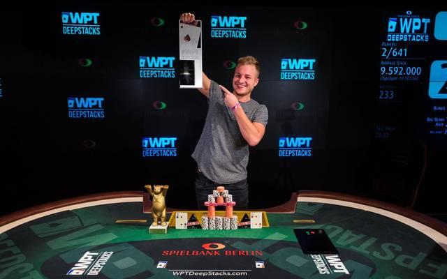 Daniel Szymanski zeigte stolz seinen Siegerpokal