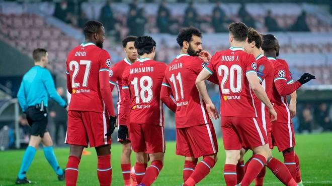 Seine Mitspieler gratulieren Mohamed Salah zu seinem Rekordtor