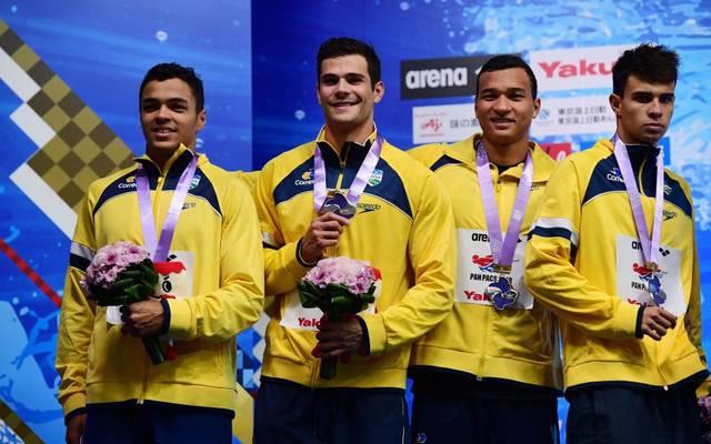 Gabriel da Silva Santos (l.) mit der brasilianischen Staffel