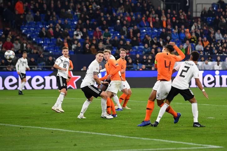 Die Niederlande um Kapitän Virgil van Dijk (Nummer vier) haben der deutschen Nationalmannschaft den Jahresabschluss vermiest. Schon zuvor war allerdings klar: Das DFB-Team war 2018 so schlecht wie nie